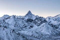 Schöne Ama Dablam-Spitze beleuchtete durch die ersten Strahlen Lizenzfreie Stockfotos