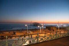 Schöne Ansicht über Brighton-Strand am Abend - BRIGHTON, VEREINIGTES KÖNIGREICH - 27. FEBRUAR 2019 stockfotos