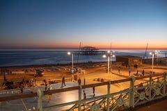 Schöne Ansicht über Brighton-Strand am Abend - BRIGHTON, VEREINIGTES KÖNIGREICH - 27. FEBRUAR 2019 lizenzfreie stockfotos