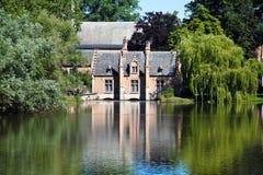 Schöne Ansicht über das Verschluss-Haus und den Minnewater See in Brügge, Belgien Lizenzfreies Stockbild