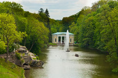Schöne Ansicht über den See und Brunnen in Sofiyivsky parken in Uman, Ukraine Stockfotografie