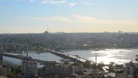 Schöne Ansicht über die Stadt von der Spitze des Gebäudes stock video