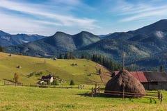Schöne Ansicht über ein großes ernten auf dem Hügel mit Berg-backgroun Lizenzfreie Stockfotos