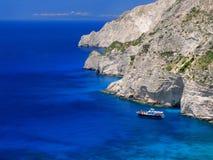 Schöne Ansicht über erstaunliche Inselbucht mit Boot, Schiff, schwimmende Leute im ionisches Seeblauen Wasser nahe zu den blauen  Lizenzfreies Stockbild