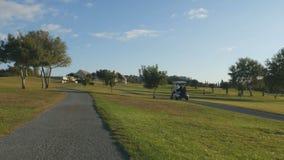 Schöne Ansicht über Golfplatz vom Fahren des Golfmobils stock footage