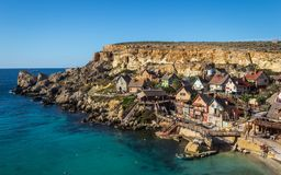 Schöne Ansicht über Haus von Popeye Dorf mit vielen bunten Häusern in einer komischen Art Gefunden in der Anker-Bucht in Malta Bl lizenzfreie stockfotos
