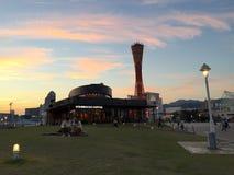 Schöne Ansicht über Kobes Portturm- und Starbucks-Kaffee bei Sonnenuntergang stockfoto