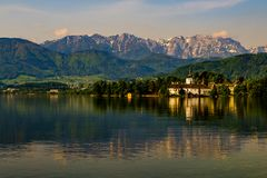Schöne Ansicht über Schloss Orth in Gmunden lizenzfreies stockfoto