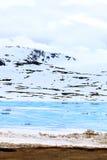 Schöne Ansicht über schneebedeckte Hügel und gefrorenen See Lizenzfreie Stockbilder