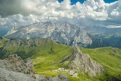 Schöne Ansicht über Spitze Passo Pordoi und Marmolada in den Dolomit lizenzfreie stockfotografie