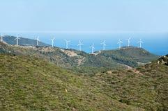 Schöne Ansicht über Straße von Gibraltar mit Windmühlen stockfotos