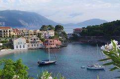 Schöne Ansicht über Strand und Hafen von idyllischem und romantischem Assos, Kefalonia, ionische Inseln, Griechenland Lizenzfreies Stockfoto