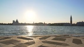 Schöne Ansicht über Venedig vom Pier, von erstaunlichem Sonnenuntergang, von der Architektur und vom Tourismus stock video footage