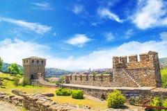 Schöne Ansicht der alten Festung Tsarevets in den Bergen, in Veliko Tirnovo, Bulgarien lizenzfreie stockfotos