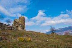 Schöne Ansicht der alten ruinierten Festung in den Bergen Stockbild