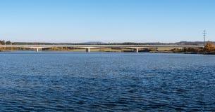 Schöne Ansicht der Autobahnbrücke über einem Wasser lizenzfreie stockbilder