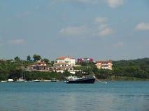 Schöne Ansicht der Bucht, in der Schiffe und Boote nahe dem Ufer mit typischen europäischen Landhäusern festgemacht werden stockbild