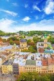 Schöne Ansicht der dominikanischen Kathedrale, der Annahme-Kirche und der historischen Mitte von Lemberg, Ukraine Stockfotografie