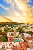 Schöne Ansicht der dominikanischen Kathedrale, der Annahme-Kirche und der historischen Mitte von Lemberg, Ukraine Stockbilder