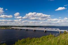 Schöne Ansicht der Eisenbahnbrücke über der Wolga Stockbild