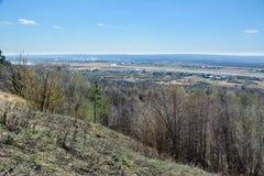 Schöne Ansicht der Felder, der Wiesen, des Dorfs und des Flusses Sviyaga Panorama des berühmten Sviyaga-Flusses von einem Hoch stockfoto