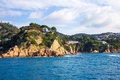 Schöne Ansicht der felsigen Klippe und des blauen Meeres Stockfotos