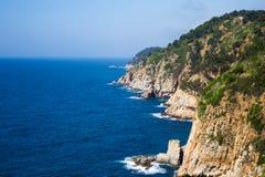 Schöne Ansicht der felsigen Klippe und des blauen Meeres in Spanien Stockfoto