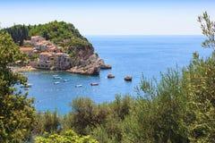 Schöne Ansicht der gemütlichen Seebucht im Budva Riviera in Montenegro, Balkan, adriatisches Meer, Europa Lizenzfreies Stockbild