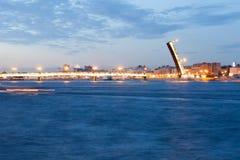 Schöne Ansicht der gezogenen Liteyny-Brücke in St Petersburg Lizenzfreie Stockfotos