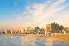 Schöne Ansicht der Hauptstraße von Larnaka und Phinikoudes setzen in Zypern auf den Strand lizenzfreies stockfoto
