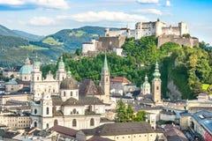 Schöne Ansicht der historischen Stadt von Salzburg mit Festung Hohensalzburg im Sommer, Salzburger-Land, Österreich Lizenzfreie Stockbilder