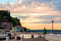 Schöne Ansicht der Küstenlinie und der Bucht von Piran Slowenien bei Sonnenuntergang ADRIATISCHES MEER Lizenzfreies Stockbild