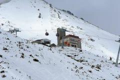 Schöne Ansicht der Kabelbahn und der Station Skalnate Pleso an Erholungsort Tatranska Lomnica, hohes Tatras, Slowakei lizenzfreies stockbild