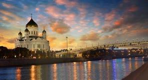 Schöne Ansicht der Kathedrale von Christus der Retter in Moskau am Abend stockfotos