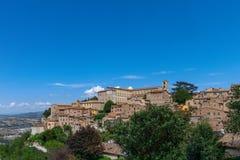 Schöne Ansicht der mittelalterlichen Hügelstadt Todi Umbrien, Italien stockfoto