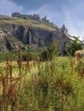 Schöne Ansicht der mittelalterlichen Wand des Schlosses Valere und Tourbillon-` s und der Steinkapelle in der Nähe, Sion, Wallis- stockfotos