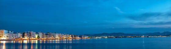 Schöne Ansicht der Nachtstadt durch das Meer lizenzfreie stockbilder