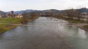 Schöne Ansicht der Natur mit Fluss und Bergen lizenzfreies stockbild