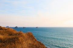 Schöne Ansicht der Pazifikküste an einem sonnigen Tag lizenzfreie stockfotos