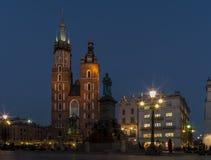 Schöne Ansicht der ` s der Heiligen Maria Basilika an der blauen Stunde in der historischen Mitte von Krakau, Polen stockbilder