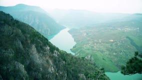 Schöne Ansicht der Schlucht mit dem Fluss stock video footage