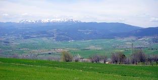 Schöne Ansicht der Schnee-mit einer Kappe bedeckten Berge Lizenzfreie Stockfotos