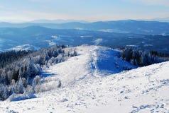 Schöne Ansicht der Schnee-mit einer Kappe bedeckten Karpatenberge im Winter Stockbilder