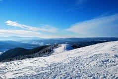 Schöne Ansicht der Schnee-mit einer Kappe bedeckten Karpatenberge im Winter Stockfotografie