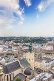 Schöne Ansicht der Stadt Hall Tower, Adam Mickiewicz Square und die historische Mitte von Lemberg, Ukraine Lizenzfreie Stockfotos