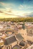 Schöne Ansicht der Stadt Hall Tower, Adam Mickiewicz Square und die historische Mitte von Lemberg, Ukraine Lizenzfreie Stockbilder