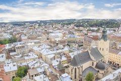 Schöne Ansicht der Stadt Hall Tower, Adam Mickiewicz Square und die historische Mitte von Lemberg, Ukraine Stockfotografie
