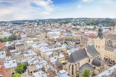 Schöne Ansicht der Stadt Hall Tower, Adam Mickiewicz Square und die historische Mitte von Lemberg, Ukraine Lizenzfreies Stockfoto