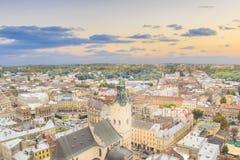 Schöne Ansicht der Stadt Hall Tower, Adam Mickiewicz Square und die historische Mitte von Lemberg, Ukraine Lizenzfreie Stockfotografie