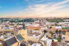 Schöne Ansicht der Stadt Hall Tower, Adam Mickiewicz Square und die historische Mitte von Lemberg, Ukraine Stockbild